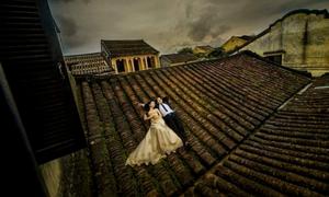 Cặp đôi trèo lên mái nhà phố cổ Hội An chụp ảnh cưới gây phẫn nộ