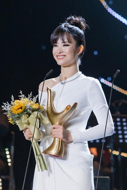 Đông Nhi nhận giải Cống hiến 2019.