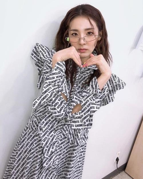 Dara làm tay hình trái tim đáng yêu.