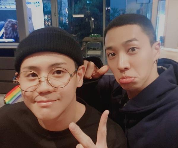 Ki Kwang trề môi làm mặt xấu sau khi cạo đầu chuẩn bị nhập ngũ. Anh chàng hẹn hò với Yo Seob, gia đình và bạn bè thân thiết trước ngày lên đường.