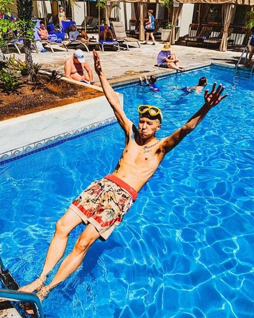 Mino (Winner) để lộ cơ thể nhiều hình xăm, cố gắng tạo dáng ngầu trước khi rơi xuống bể bơi.