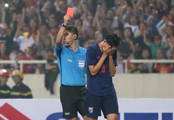Supachai ôm mặt sau khi nhận thẻ đỏ. Ảnh: Xuân Bình