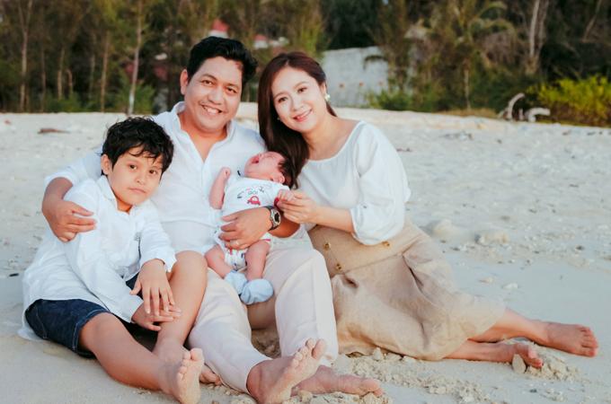 <p> Đức Thịnh và Thanh Thúy đều hài lòng với cuộc sống hiện tại. Cả hai cảm thấy may mắn vì có gia đình hạnh phúc, các con ngoan ngoãn, đáng yêu và công việc thuận lợi.</p>