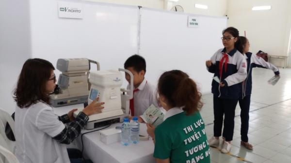 Kiểm tra thị lực định kỳ giúp học sinh sớm phát hiện các bệnh về mắt.