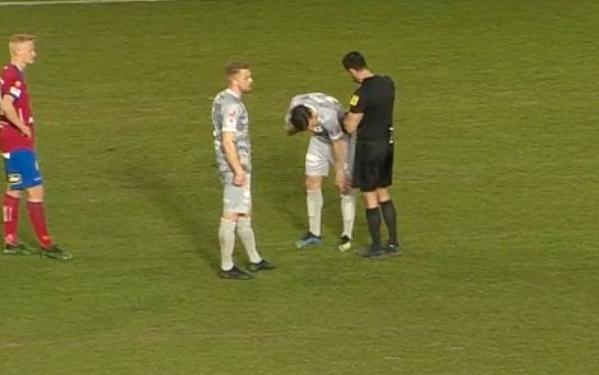 Mattias Ozgun ôm mắt sau khi đập tay với đồng đội.