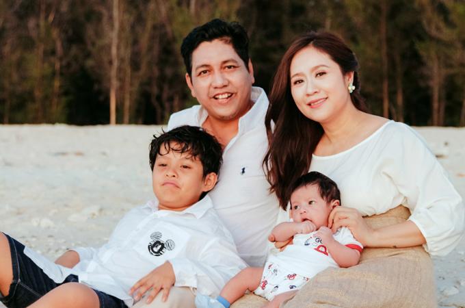 <p> Mới sinh con được hai tháng nhưng Thanh Thúy cho biết, cô đã chuẩn bị trở lại với công việc sản xuất phim. Cô cảm thấy bản thân luôn tràn đầy năng lượng nhờ điểm tựa lớn từ tổ ấm nhỏ.</p>