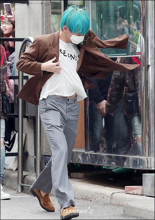 Sáng ngày 19/4, BTS đến đài truyền hình để tham gia show âm nhạc cuối tuần Music Bank. V có khoảnh khắc vừa đi vừa khoác áo cực sang chảnh.