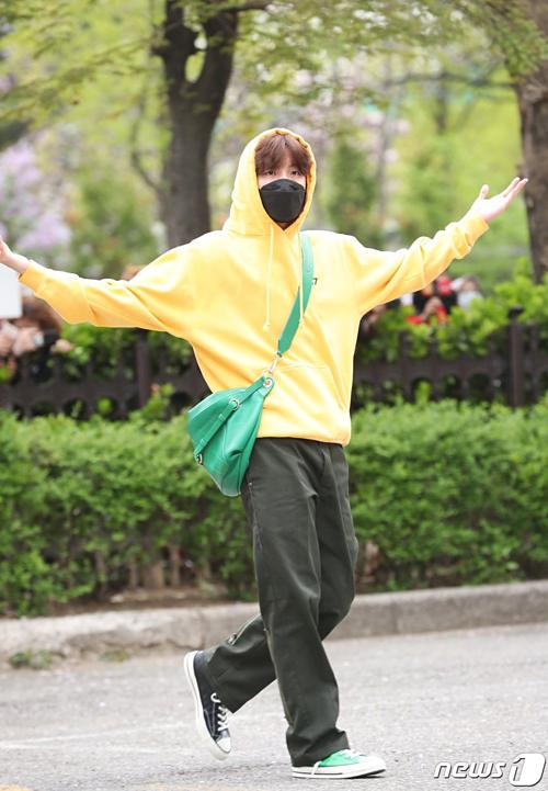 BTS sành điệu, IZONE nổi bật trên đường tới Music Bank - 1