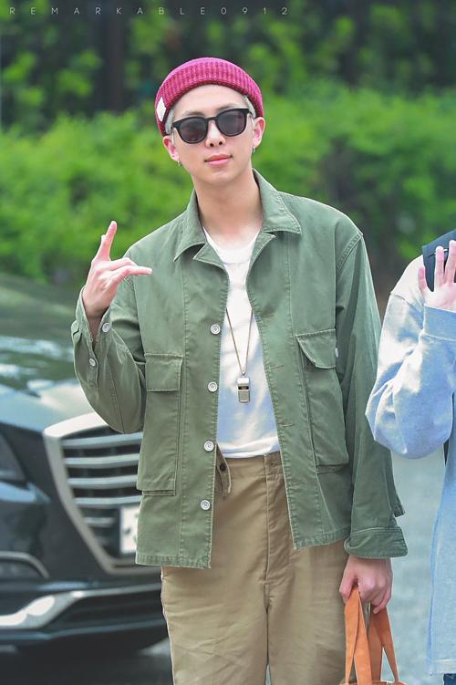 BTS sành điệu, IZONE nổi bật trên đường tới Music Bank - 6