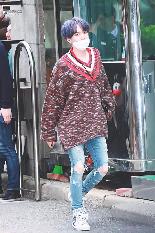 BTS sành điệu, IZONE nổi bật trên đường tới Music Bank - 7