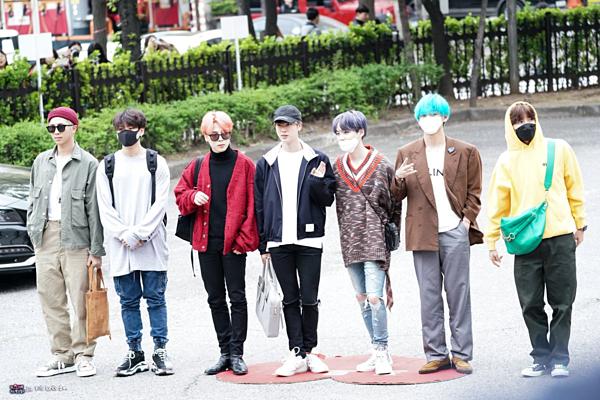 Sáng sớm 19/4, BTS có mặt ở trường quay KBS để chuẩn bị cho phần ghi hình show âm nhạc Music Bank. Như thường lệ, các nghệ sĩ sẽ dừng ở khu vực chụp ảnh, tạo dáng vẫy chào fan và các phóng viên có mặt ở đó.