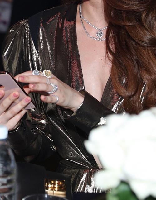 Đeo một lúc 5 chiếc nhẫn phủ kín bàn tay, Hà Hồ chứng minh đẳng cấp của nữ hoàng giải trí. Cô kết hợp cùng vòng cổ kim cương mặt trái tim tông xuyệt tông.