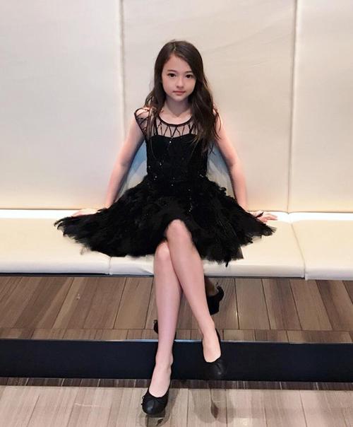 Ở đời thường, cô nhóc này cũng có phong thái của một ngôi sao. Bản sao Jennie có gu ăn mặc sang chảnh và sành điệu vượt tuổi.