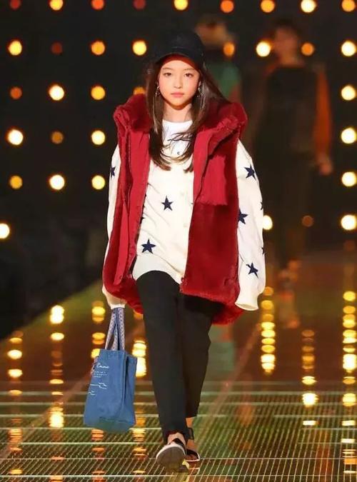Nhờ khả năng catwalk chuyên nghiệp tại các sàn thời trang ở Mỹ, Ella là người mẫu nhỏ tuổi nhất được sải bước bên cạnh dàn mẫu danh tiếng tại chương trình thời trang Tokyo Girls Collection (Nhật Bản) vào năm 2018 (ảnh trái và giữa). Đầu tháng 4 vừa qua, cô bé tiếp tục được ban tổ chức này mời quay lại Nhật catwalk (phải).