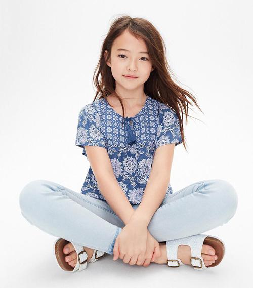Mới gần 11 tuổi, cô bé đã có nhiều năm hợp tác với loạt thương hiệu thời trang phân khúc trẻ em như Gap, H&M, Levi, Zara, Abercrombie & Fitch, Lacoste, OshKosh Bgosh... Các nhà mốt đánh giá cao thần thái của Ella khi chụp ảnh.