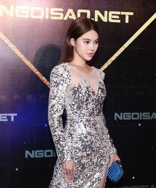 Jolie Nguyễn khéo tạo điểm nhấn bằng cách trang điểm mắt xanh tông xuyệt tông với clutch.