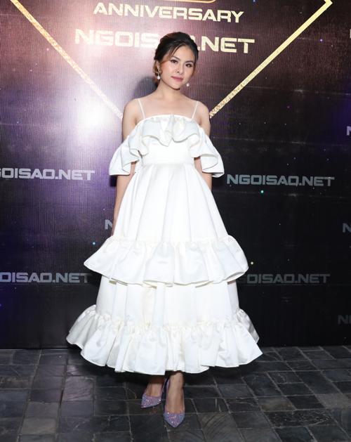 Diễn viên Vân Trang gây chú ý với chiếc váy xếp tầng lạ mắt.