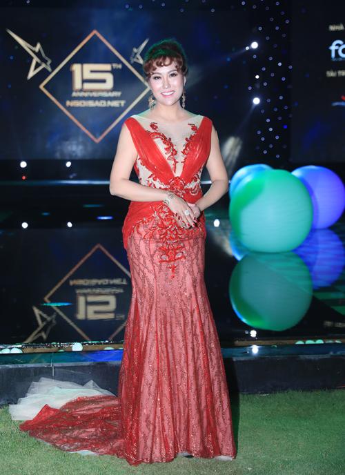 Phi Thanh Vân diện váy ren đỏ nổi bật.