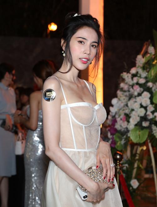 Thủy Tiên đã lâu mới tái xuất trong một sự kiện giải trí. Cô không đi cùng ông xã Công Vinh.