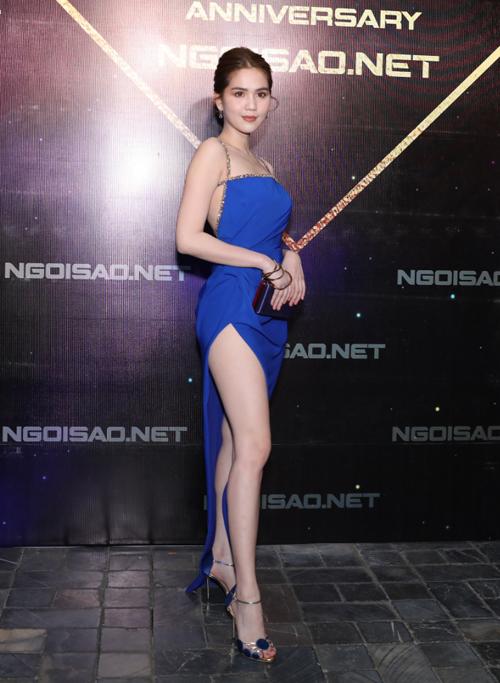 Ngọc Trinh khoe da trắng, chân dài với bộ váy xẻ cao.