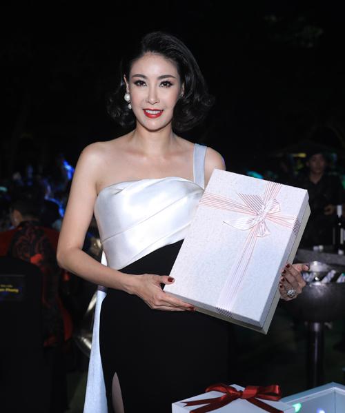 Hoa hậu Hà Kiều Anh mang một quà xinh xắn đến tặng báo.