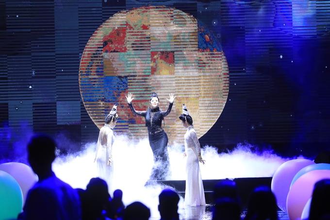 """<p> Nghệ sĩ múa Linh Nga được BTC """"đặt hàng"""" một tiết mục múa mở màn ấn tượng. Lấy chủ đề là ánh trăng - tượng trưng cho tuổi 15 trăng rằm đẹp đẽ nhất, tiết mục múa được thể hiện uyển chuyển, du dương cuốn hút người xem.</p>"""