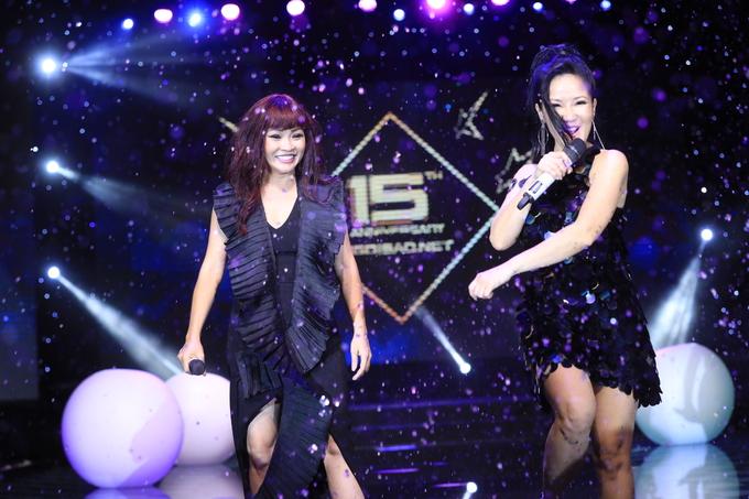 """<p> Sinh nhật tròn 15 tuổi của báo Ngoisao.net tối 19/4 quy tụ hàng trăm nghệ sĩ nổi tiếng của showbiz Việt. Đêm dạ tiệc là dịp để tờ báo Giải trí hàng đầu Việt Nam nhìn lại chặng đường đã qua và tiếp tục đón nhận những thử thách mới phía trước. Nhiều tiết mục đặc sắc trên sân khấu đã được BTC dàn dựng để """"chiêu đãi"""" các khách mời. Gây ấn tượng trên sân khấu nước là sự xuất hiện của hai gương mặt gạo cội của làng nhạc Việt, đó là Phương Thanh - Hồng Nhung. Họ cùng song ca ca khúc """"Giọt sương trên mí mắt"""".</p>"""