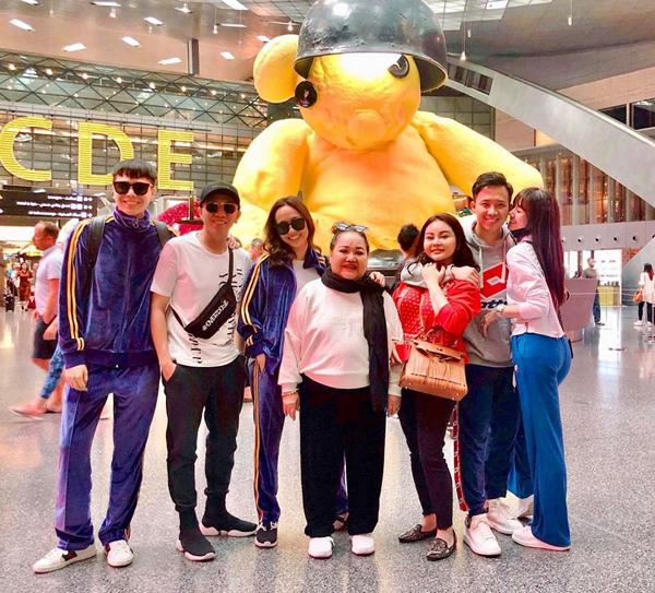 Đoàn nghệ sĩ Việt Nam check-in ở sân bay trước khi sang Pháp.