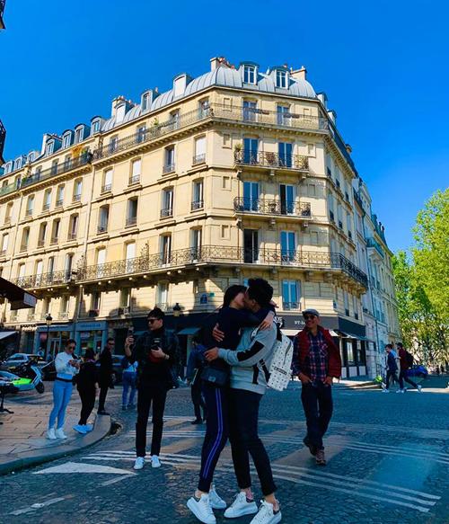 Trấn Thành - Hari Won khóa môi trên đường phố Paris.