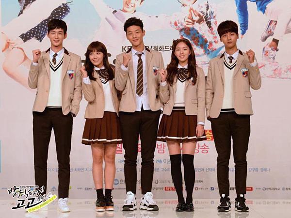 Cha Hak Yeon bên cạnh các bạn diễn cùng tuổi trong Cheer Up!.