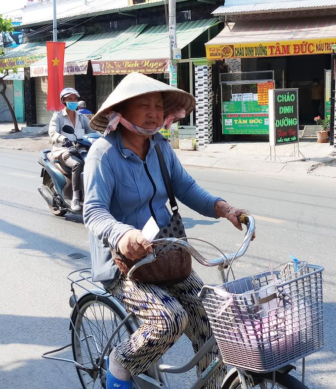 <p> Nhiều người bán vé số để lộ vẻ mệt mỏi vì phải tiếp xúc với nắng nóng.</p>