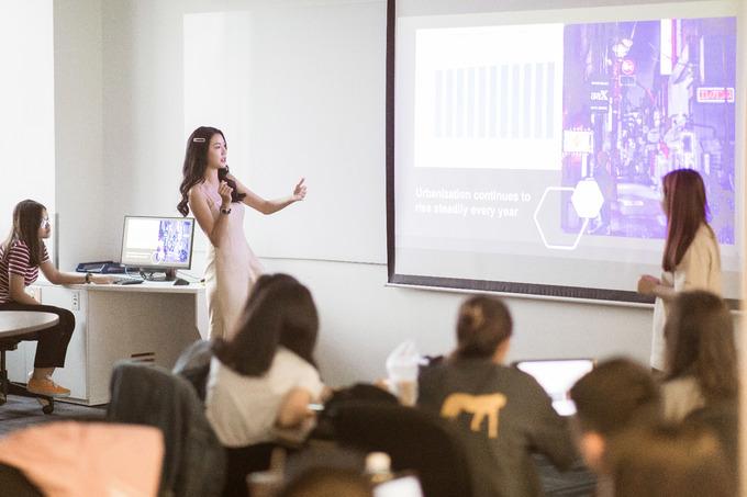 <p> Người đẹp chia sẻ, RMIT là một ngôi trường tôn trọng cá tính của mọi người và các sinh viên cũng có tư tưởng phóng khoáng nên không ngại bị soi mói.</p>