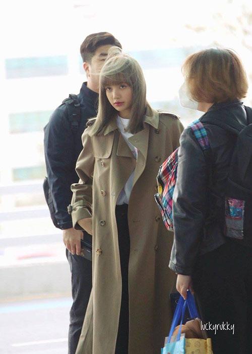 Dù những phần tóc khác có rồi tung vì cơn gió thì tóc mái của Lisa vẫn không thay đổi.