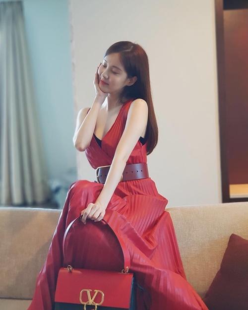 Đổi style ngoan hiền, Seo Hyun chơi lớn với chiếc váy xẻ ngưc sâu hút.