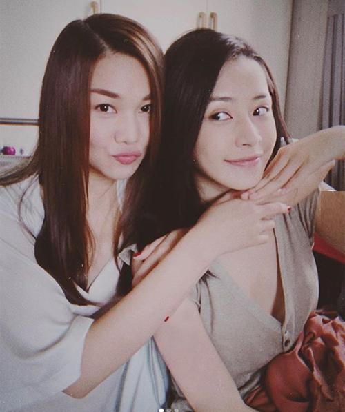 Thanh Hằng và Chi Pu nhí nhảnh khi đóng phim chung.