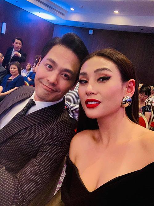 Phan Anh - Võ Hoàng Yến pose hình thân thiết khi gặp mặt nhau giữa sự kiện.