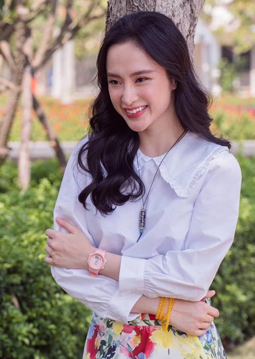 Không còn chạy đua với việc khoe dáng, Angela Phương Trinh giờ trông rất ngoan hiền trong những bộ đồ kín như bưng, các kiểu sơ mi gọn gàng, trẻ trung.