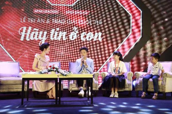 Các bạn học sinh và phụ huynh giao lưu với Bống Chè Bưởi - startup nhí (ngồi giữa)với dự án kinh doanh từ năm 7 tuổi và cậu bé Apax Nguyễn Thành Đạt vượt 240km đi học tiếng Anh.