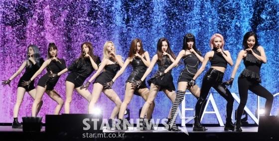 Ngày 22/4. Twice tổ chức cuộc họp báo để giới thiệu album mới Fancy You. Lần comeback này, gà nhà JYP quyết tâm lột xác với hình ảnh sext, đậm chất girlcrush hơn. Tuy nhiên, trang phục vũ đạo của nhóm lại nhận nhiều ý kiến trái chiều. Nhiều người nhận xét phong cách của Twice đang giông giống SNSD.