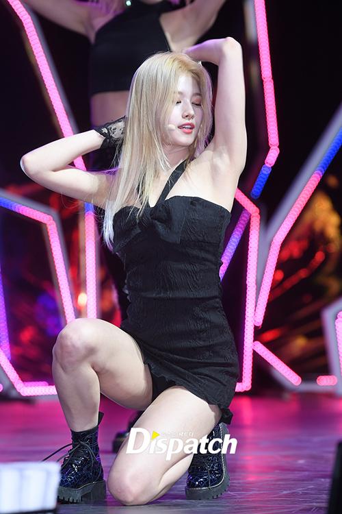 Sana có nhiều phần tỏa sáng với vị trí Center. Chiếc váy quá ngắn khiến nữ idol lộ cả quần bảo vệ.
