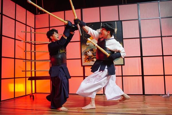 Harry Lu và B Trần trong phim.