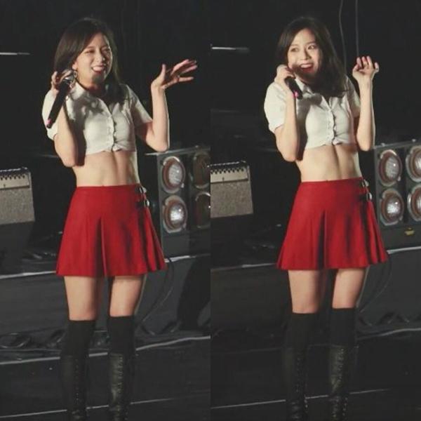 Ít khi mặc đồ hở, Ji Soo gây bất ngờ khi mặc croptop khoe eo và được fan chụp lại bằng điện thoại. Nữ idol có cơ bụng số 11 rất sexy.