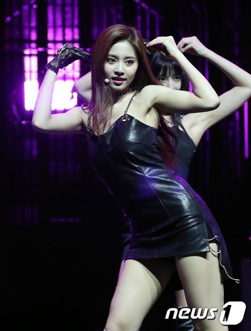 Em út Tzuyu gợi cảm hết sức với váy da. Fan lo lắng rằng váy quá ngắn và bó dễ khiến ngôi sao sinh 1999 gặp tình huống hớ hênh khi nhảy.