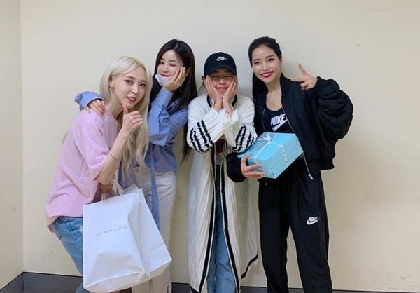 Trưởng nhóm Apink Cho Rong (áo xanh) đến cổ vũ concert của Mamamoo, chụp ảnh cùng Moon Byul và Solar.