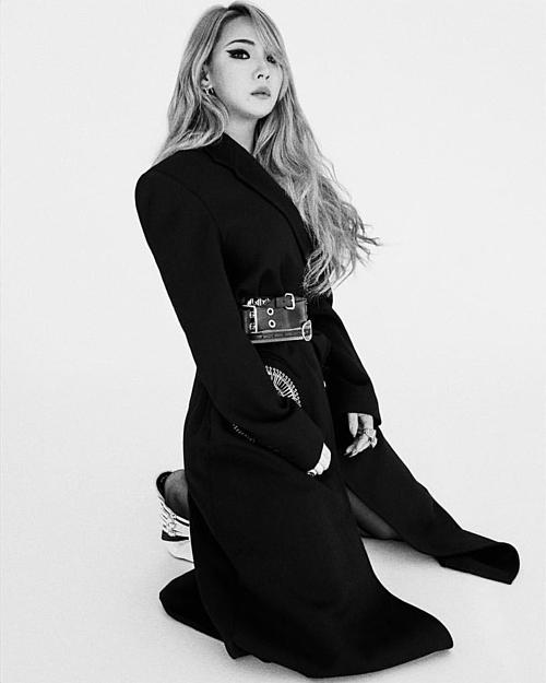 Cựu trưởng nhóm 2NE1 chất lừ trong những trang phục đen từ đầu tới chân. Qua những bức ảnh, CL cho thấy cô đã giảm cân so với năm ngoái.