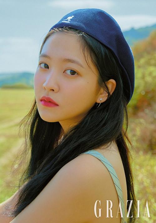 Bên cạnh Sulli, một mỹ nhân SM khác cũng đang gây sốt nhờ bộ ảnh tạp chí mới, đó là Yeri. Fan gọi đây là bộ ảnh họa báo đẹp nhất kể từ khi debut của em út Red Velvet.