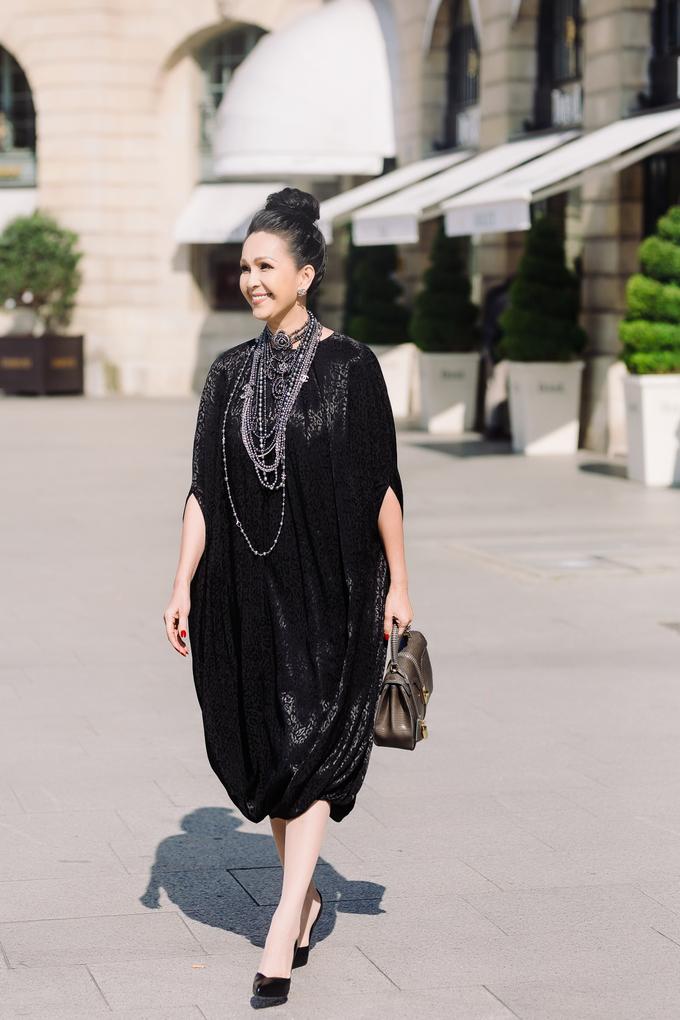 """<p> Trong chuyến đi Pháp mới đây, Diễm My đầu tư mạnh để mua hàng hiệu. Trên đường phố, """"nữ hoàng ảnh lịch"""" khoe khả năng phối trang phục với những chiếc túi xách mới tậu.</p>"""
