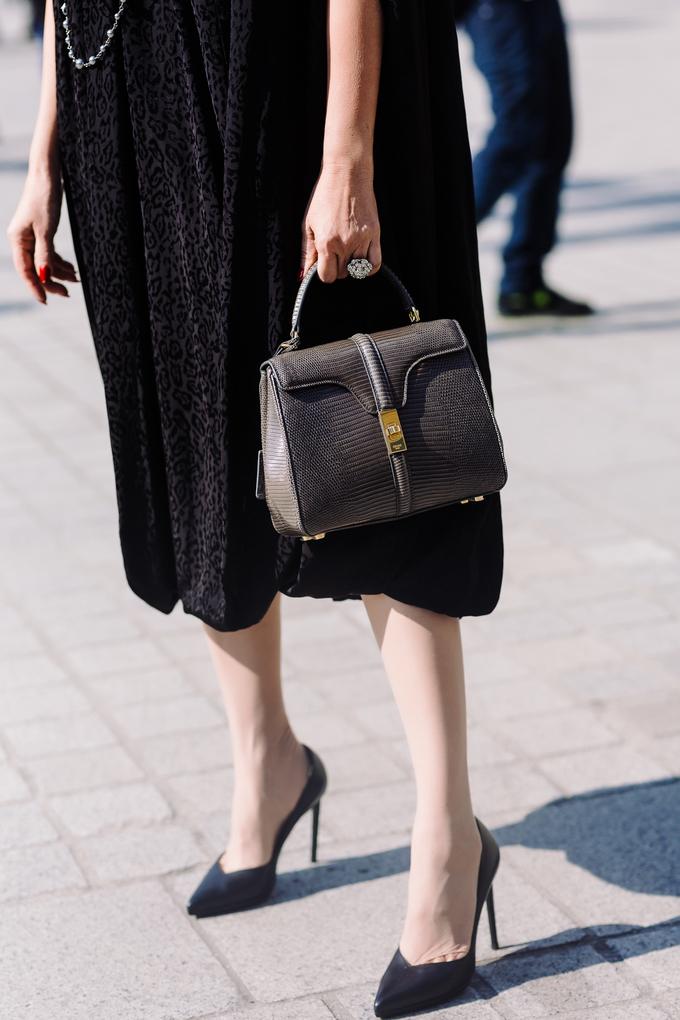 <p> Chiếc túi xách da kỳ nhông mới nhất của Celine được Diễm My sắm với giá 180 triệu đồng. Angelina Jolie và Lady Gaga cũng sở hữu thiết kế tương tự nhưng với chất liệu da thường.</p>