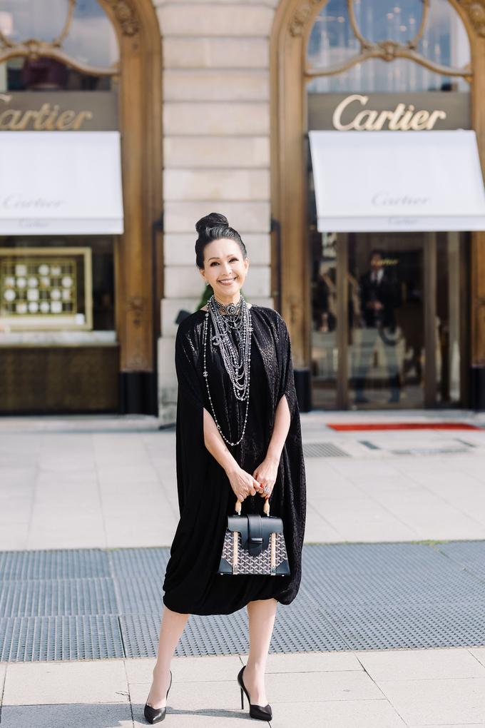 <p> Giày đen của Saint Laurent phù hợp với phong cách cổ điển của Diễm My.</p>