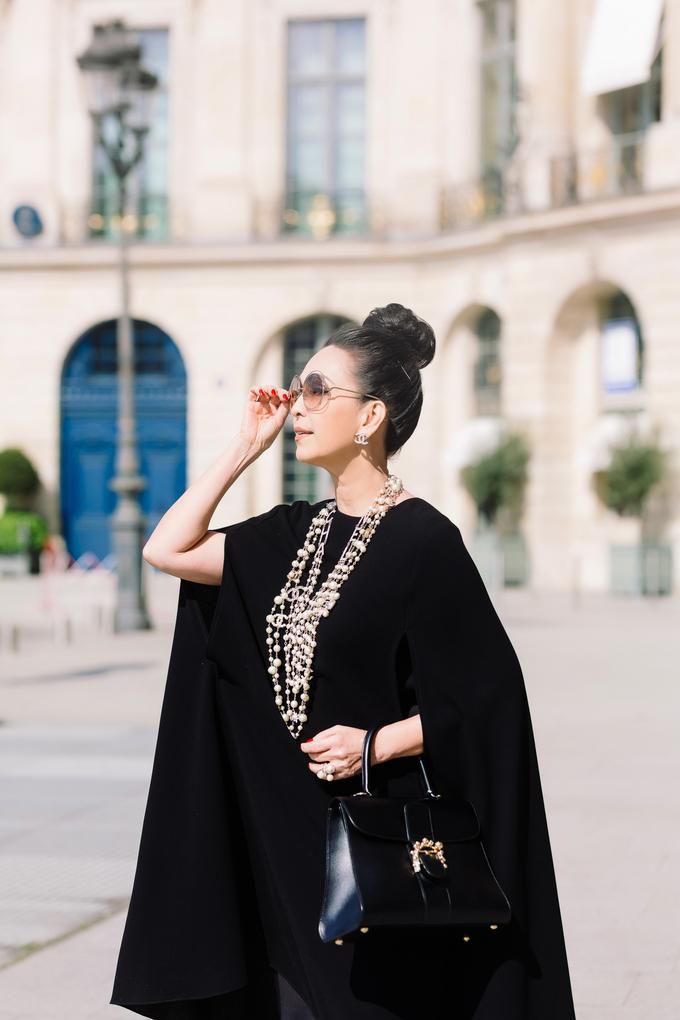"""<p> Với bộ cánh thứ hai, Diễm My mang đến hình ảnh sang trọng cùng váy tay cape của Đỗ Mạnh Cường. Trong nhiều năm qua, nữ diễn viên đã sắm hơn 1.000 trang phục Đỗ Mạnh Cường, trở thành """"nàng thơ"""" thân thiết của anh. Trên tay Diễm My là chiếc túi Delvaux, một thương hiệu đồ da cao cấp của Bỉ có lịch sử gần 200 năm.</p>"""
